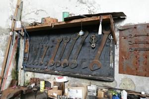 Die großen Schraubenschlüssel im Maschinenhaus Laaser Marmorbahn