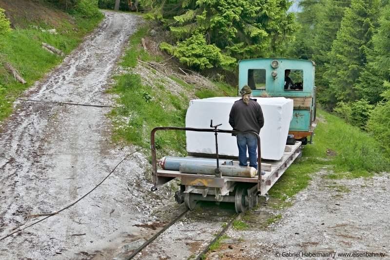 Der Zug fährt auf der Bergstrecke der Laaser Marmorbahn von der Seilbahn zum Schrägaufzug.