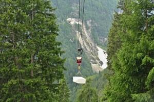 Mit einem Seilbahn werden die Marmorblöcke von Steinbruch über das Tal befördert