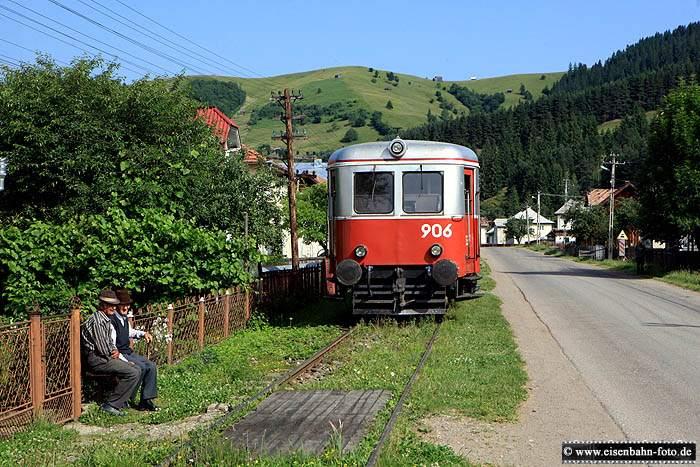 Im letzten Stück führt die Strecke zwischen vorgärten und der Straße entlang. Nebenbahn-Romantik in Rumänien