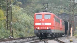 Zwei Schubloks der Baureihe 151 haben einem schweren Güterzug die Spessartrampe hinauf geholfen