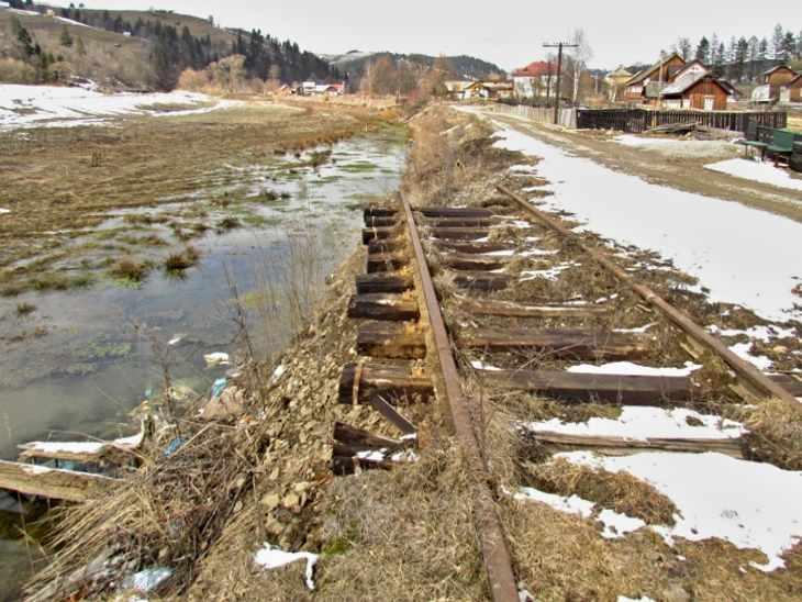 Am Kilometer 19 zertörte 2013 ein Hochwasser die Strecke Foto:Vlad - keine Nebenbahn-Romantik in Rumänien mehr