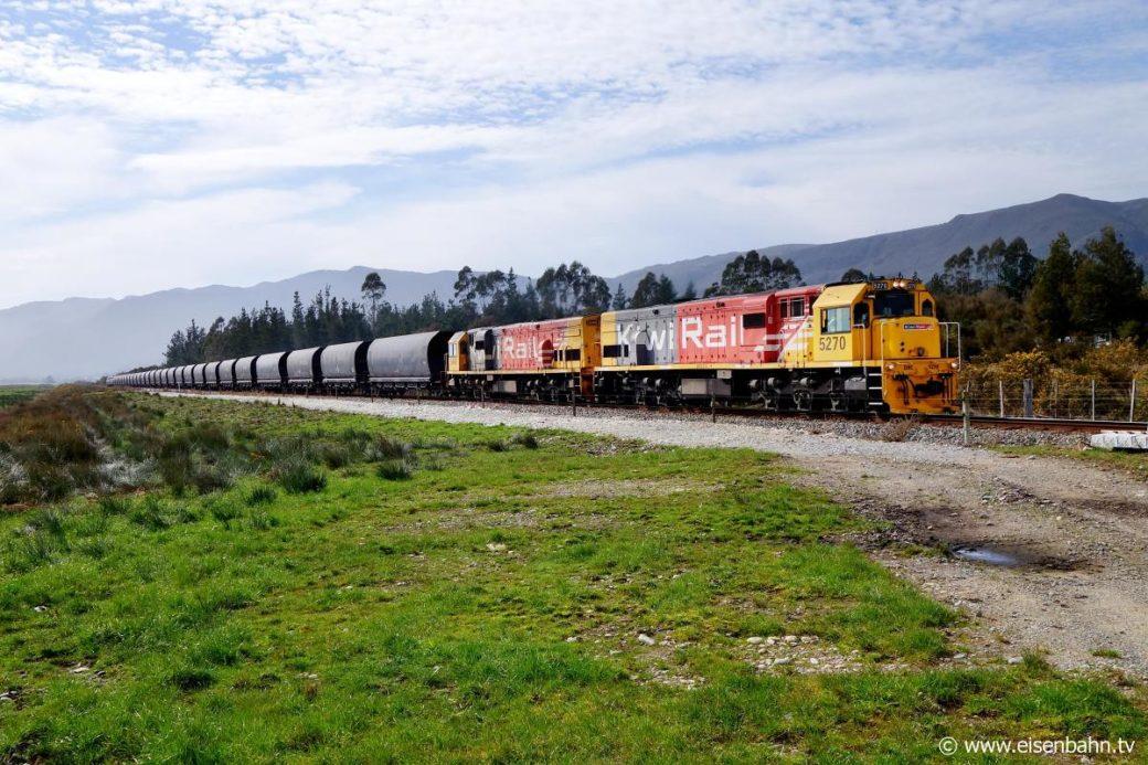 Kohlezug der KiwiRail Neuseeland zwischen Ngakawau und Westport