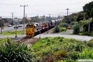 Der Kohlezug der KiwiRail folgt auf seiner Strecke nach Westport dem Küstenverlauf gen Süden.