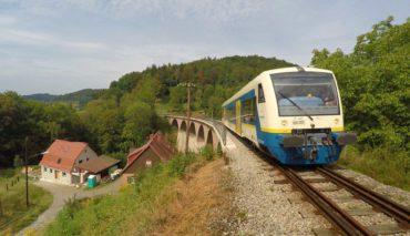 Der Eröffnungzug fährt auf dem Steinbachviadukt in Richtung Welzheim.