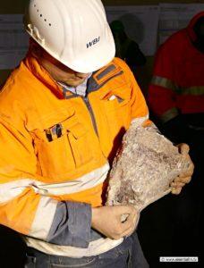 Ingenieur hält Stein mit anhydrit Tunnelbau im Anhydrit Canstatter Tunnel Stuttgart 21