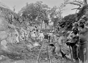 Erdarbeiten vor und in Ndunge, Kamerun Nordbahn 1910.