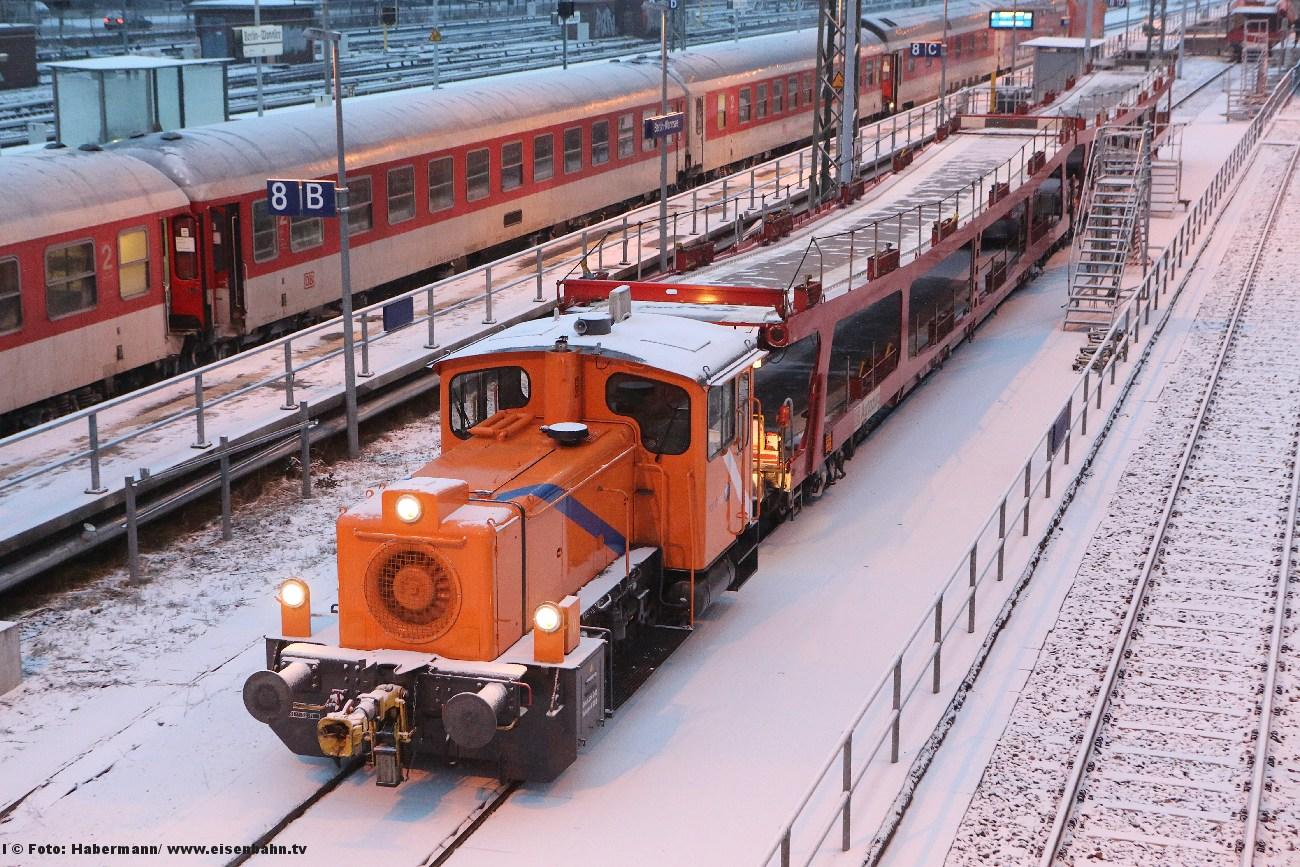 """Autozug Berlin Ankunft im Terminal Wannsee - ganze vier Autos (auf dem """"Unterdeck"""") haben sich am 6. Dezember 2012 mit der Bahn durch den Schnee befördern lassen."""