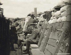 Schützengraben erster Weltkrieg Westfront Scherenfernrohr